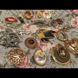 Jewelry - 19 Assorted vintage brooches,